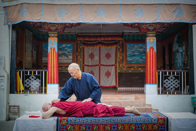 <p>Newsletter Vol.12</p>  チベット仏教の僧侶の方々に施術させていただきました<br>  Trying Out the CS60 with Tibetan Monks<br>  Soigner les moines tibétains